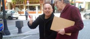 """Fotografía del blog """"Comunica : Ciudad"""" donde se ve a Miguel Couto (izquierda de la imagen) y Emilio Ariznavarreta ilustrando una información en la que puede leerse que """"el equipo redactor hizo entrega del documento de aprobación inicial"""" del Plan General de Ordenación de Gijón. Puede leerse la información completa siguiendo este enlace: http://comunicaciudad.com/entrega-del-documento-de-aprobacion-inicial-del-pgo-de-gijon/"""