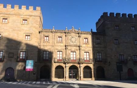 El Palacio de Revillagigedo no soluciona el problema con la exposición de los fondos artísticos